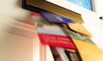 Εντυποδιανομή σε πόρτα πολυκατοικίας